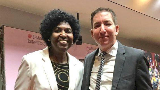 """cropped Benedita da Silva e Glenn Greenwald 1 - Benedita da Silva encontra Glenn na Câmara: """"O  homem que vem revelando ao Brasil as ilegalidades da Lava Jato"""""""